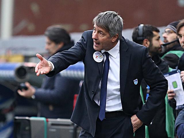 Pescara coach Cristiano Bergodi gestures to his team during the match against Sampdoria on January 27, 2013