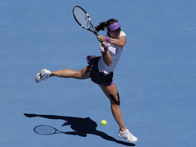 China's Li Na hits a backhand return in her semifinal match against Maria Sharapova at the Australian Open tennis championship on January 24, 2013