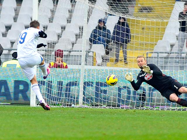 Atalanta BC's German Denis scores a penalty to put his team level against Torino on February 17, 2013