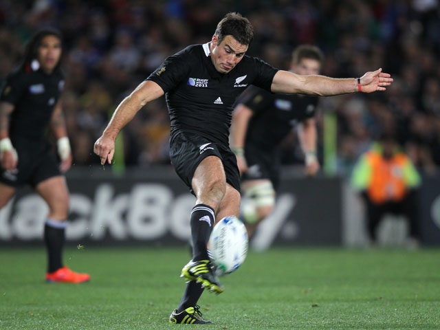 New Zealand's Richard Kahui kicks against France on October 23, 2011