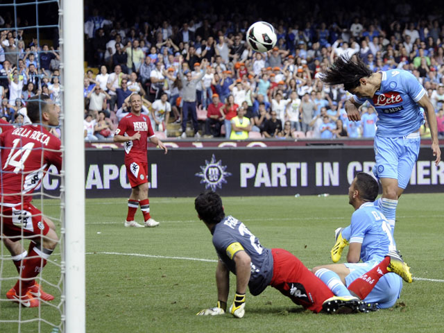 Napoli striker Edinson Cavani scores the winning goal in the match against Siena on May 12, 2013