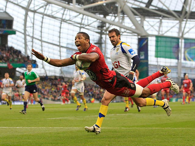 Toulon's Delon Armitage scores a try against Clermont on May 18, 2013