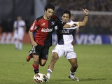 Ignacio Scocco of Argentina's Newell's Old Boys vies for the ball with Walter Erviti of Argentina's Boca Juniors on May 29, 2013