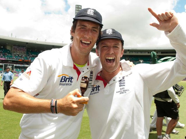 Steven Finn and Graeme Swann pose with The Ashes urn.