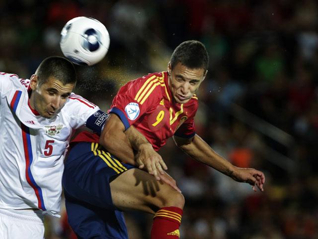 Spain's Rodri Moreno duels for the ball with Russia's Taras Burlak during UEFA European U21 Soccer match on June 6, 2013