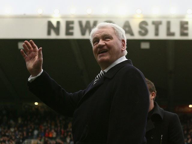 Sir Bobby Robson waves to the crowd before the Premier League match between Newcastle United and Manchester United on February 23, 2008