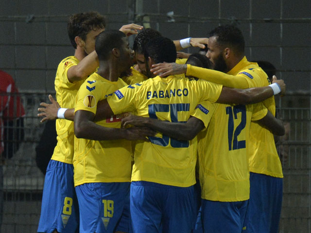Estoril's players celebrate after Brazilian forward Seba scored during the UEFA Europa League Group H football match SC Freiburg vs Estoril Praia in Freiburg, southern Germany, on October 24, 2013