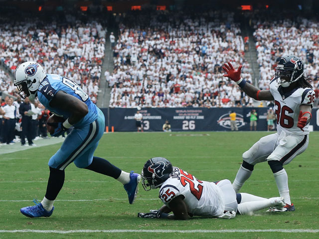 Delanie Walker #82 of the Tennessee Titans scores a touchdown in the fourth quarter against the Houston Texans at Reliant Stadium on September 15, 2013