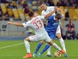 FC Dnipro Dnipropetrovsk's Serhiy Kravchenko vies with Internazionale Milan's Danilo D'Ambrosio and Zdravko Kuzmanovi during the UEFA Europa League Group F match in Kiev on September 18, 2014