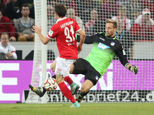 Mainz' midfielder Jonas Hofmann and Hoffenheim's goalkeeper Oliver Baumannvie for the ball during the German first division Bundesliga football match 1 FSV Mainz 05 vs TSG 1899 Hoffenheim in Mainz, southern Germany on September 26, 2014
