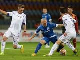 Dinamo Minsk's Serbian defender Nenad Adamovic challenges Fiorentina's Italian forward Federico Bernardeschi and Croatian midfielder Milan Badelj during the UEFA Europa League group K football match between Dinamo Minsk and Fiorentina in Borisov outside M