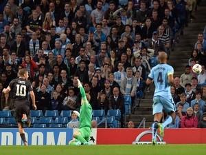 Roma's Italian forward Francesco Totti (L) scores the equalising goal past Manchester City's English goalkeeper Joe Hart (C) during the Champions League Group E football match on September 30, 2014