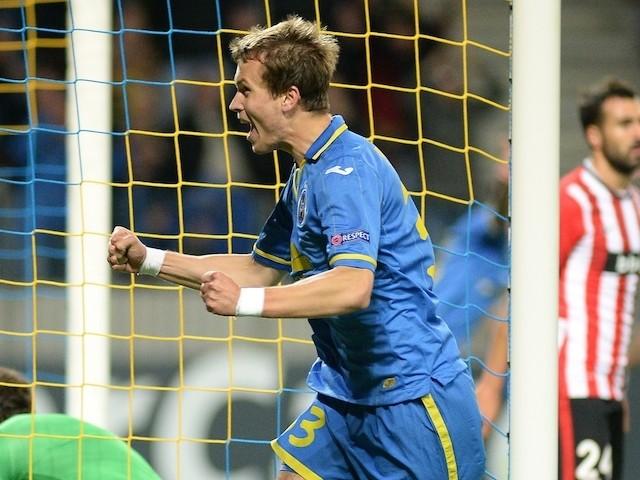 Bate Borisovs Denis Polyakov (R) celebrates a goal past Athletic Bilbaos goalkeeper Gorka Iraizoz (L) on September 30, 2014