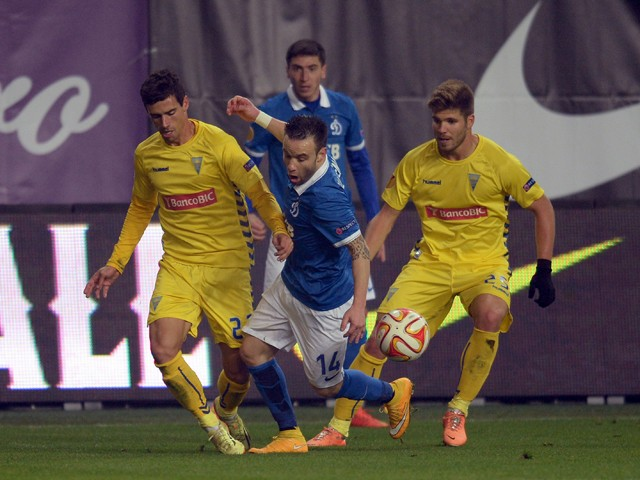 Dynamo Moscow's Mathieu Valbuena fights for the ball with Estoril's Emidio Rafael (L) and Diogo Amado (R) during the UEFA Europa League group E football match Dynamo Moscow vs Estoril in Khimki outside Moscow on November 6, 2013