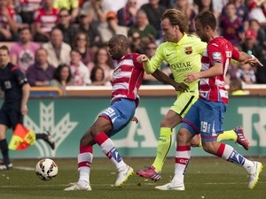 Barcelona's Croatian midfielder Ivan Rakitic (C) vies with Granada's French defender Dimitri Foulquier (L) and Swedish midfielder Daniel Larsson during the Spanish league football match