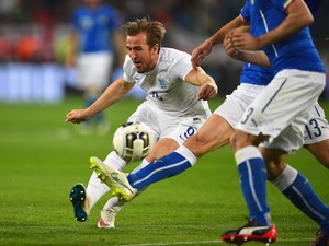 Harry Kane of England is challenged by Andrea Ranocchia of Italy during the international friendly match between Italy and England at the Juventus Arena on March 31, 2015