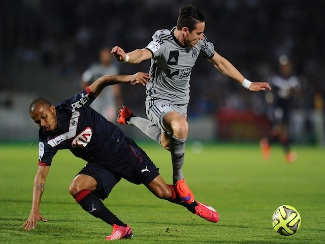 Marseille's forward Florian Thauvin (R) vies with Bordeaux's Brazilian defender Mariano (L) during the French L1 football match between Girondins de Bordeaux (FCGB) and Marseille (OM) on April 12, 2015