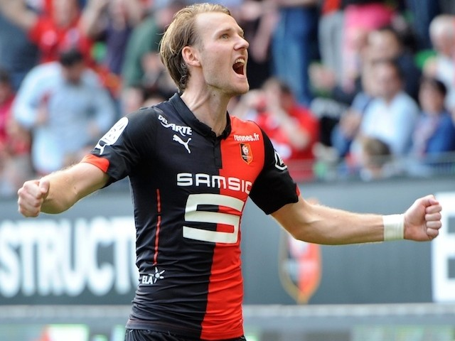Rennes' forward Ola Toivonen (R) celebrates after scoring during the French L1 football match between Rennes and Guingamp on April 12, 2015