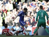 Manchester United's Spanish midfielder Ander Herrera slides to try to block a shot from Chelsea's Spanish midfielder Cesc Fabregas as Manchester United's Spanish goalkeeper David de Gea (R) keeps goal during the English Premier League football match betwe