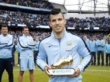 Sergio Aguero poses with his Golden Boot award on May 24, 2015