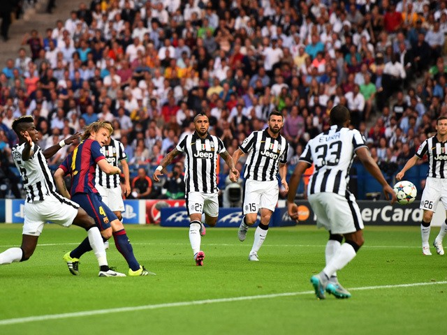 Ivan Rakitic of Barcelona scores the opening goal during the UEFA Champions League Final between Juventus and FC Barcelona at Olympiastadion on June 6, 2015