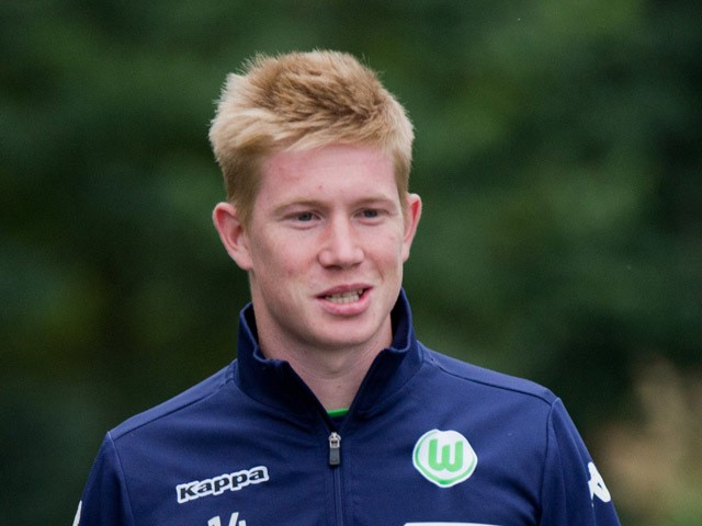 Wolfsburg's Belgian midfielder Kevin De Bruyne arrives for a training session at the Volkswagen Arena on August 27, 201