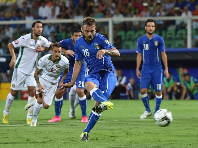 Daniele De Rossi of Italy scores a penalty to make it 1-0 during the UEFA EURO 2016 Qualifier match between Italy and Bulgaria on September 6, 2015 in Palermo, Italy.