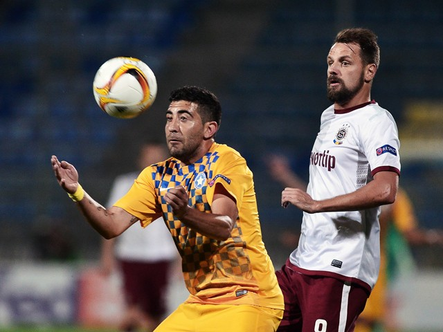 Asteras Tripolis's Forward Pablo Mazza (R) tries to control the ball during the UEFA Europa League group K football match between Asteras Tripolis and Sparta Praha in Tripolis, southwestern Greece, on September 17, 2015