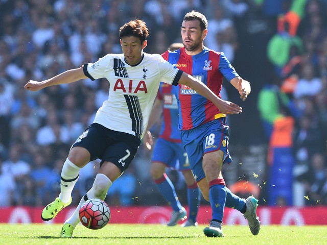 Tottenham Hotspur's South Korean striker Son Heung-Min (L) vies with Crystal Palace's Scottish midfielder James McArthur (R) during the English Premier League football match between Tottenham Hotspur and Crystal Palace at White Hart Lane in north London o