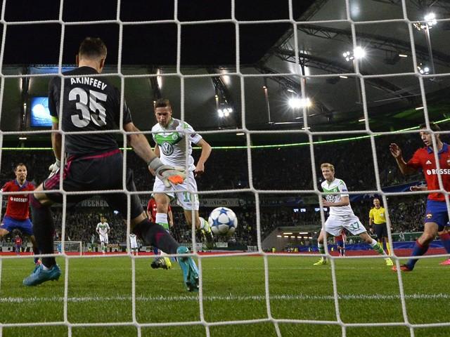 Wolfsburg's German midfielder Julian Draxler (C) scores his team's first goal during the UEFA Champions League group B first leg football match between VfL Wolfsburg and CSKA Moscow in Wolfsburg on September 15, 2015