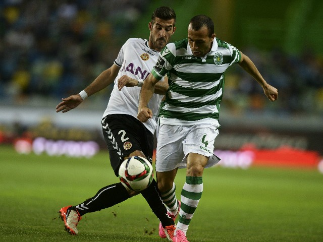 Nacional's defender Joao Aurelio (L) vies with Sporting's Brazilian defender Jefferson Nascimento (R) during the Portuguese Liga football match Sporting CP vs CD Nacional at the Alvalade stadium in Lisbon on September 21, 2015