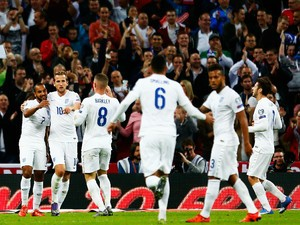 Theo Walcott (L) of England celebrates with team mates after scoring during the UEFA EURO 2016 Group E qualifying match between England and Estonia at Wembley on October 9, 2015 in London, United Kingdom.