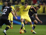 Villarreal's midfielder Tomas Pina (L) vies with Sevilla's Polish midfielder Grzegorz Krychowiak during the Spanish league football match Villarreal CF vs Sevilla FC at El Madrigal stadium in Villareal on October 31, 2015.