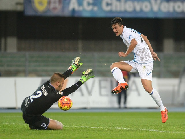 Roberto Inglese (R) of Chievo Verona scores his team's first goal during the Serie A match between AC Chievo Verona and UC Sampdoria at Stadio Marc'Antonio Bentegodi on November 2, 2015