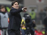 Sampdoria coach Vincenzo Montella issues instructions to his players during the Serie A match between AC Milan and UC Sampdoria at Stadio Giuseppe Meazza on November 28, 2015