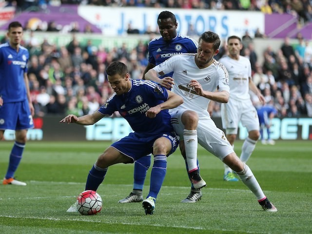 Cesar Azpilicueta and Gylfi Sigurdsson have a wee tussle during the Premier League game between Swansea City and Chelsea on April 9, 2016