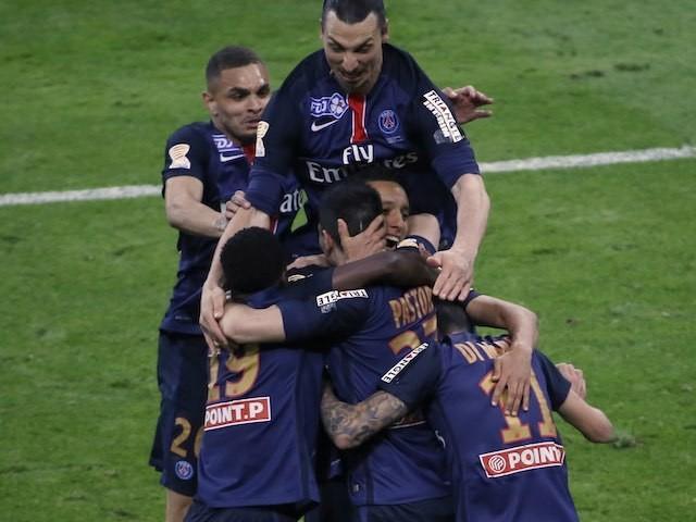 Javier Pastore celebrates scoring with teammates lors de la finale de la Coupe de la Ligue entre Lille et PSG le Avril 23, 2016