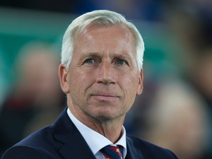 Crystal Palace manager Alan Pardew looks on during his side's 1-1 draw with Everton at Goodison Park on September 30, 2016