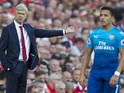 Arsene Wenger gestures next to Alexis Sanchez during the Premier League game between Liverpool and Arsenal on August 27, 2017